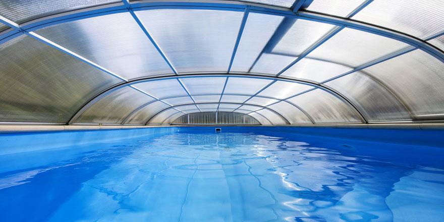 Un abri de piscine plat